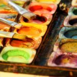 colorful-art-pallet-with-brushes-macro-photography